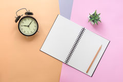 Hoogste mening van notitieboekje en kantoorbehoeften Stock Fotografie