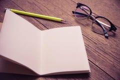 Hoogste mening van notitieboekje pape op bureaulijst Stock Foto