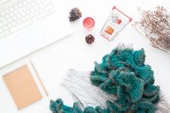 Hoogste mening van online het winkelen concept Laptop, notitieboekje, vrouwenkleding en boodschappenwagentje met giftdozen op wit Stock Foto