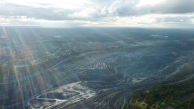 Hoogste mening van open steengroeven Panorama van bevindend grijs stof over open kuilen met werkende vrachtwagens Mars van Aarde, stock afbeelding