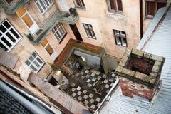 Hoogste mening van oude huiswerf van dak Stock Afbeeldingen