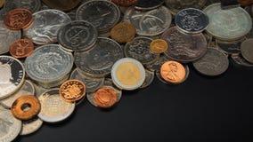 Hoogste mening van partij van muntstukken van verschillende landen van de wereld wanordelijk op zwarte lijst Nadruk op 2 euromunt royalty-vrije stock foto's