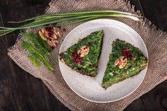Hoogste Mening van Perzische Gemengde kruidenfrittata met berberis en walnu Stock Fotografie