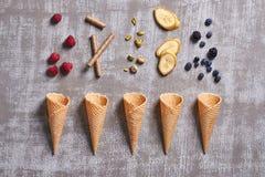 Hoogste mening van pistaches, banaanplakken, chocoladestokken, raspberrie royalty-vrije stock afbeelding