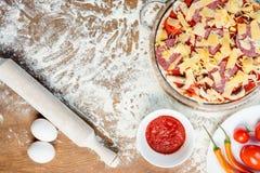 Hoogste mening van pizzaingrediënten, tomaten, salami en paddestoelen Royalty-vrije Stock Foto's