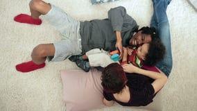 Hoogste mening van positieve ouders met kind het ontspannen stock footage