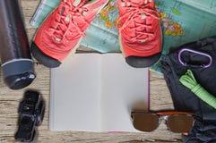 Hoogste mening van reistoebehoren voor een bergreis op oude houten achtergrond Stock Foto