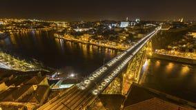 Hoogste mening van Ribeira en Douro-rivier bij nacht in Porto Stock Fotografie
