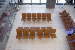 Hoogste mening van rij van bruine zetels voor het wachten op luchthaven stock afbeeldingen