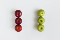 Hoogste mening van rode en groene op een rij geïsoleerde appelen Royalty-vrije Stock Afbeeldingen