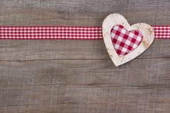Hoogste mening van rode gecontroleerde hartdecoratie op houten achtergrond - Royalty-vrije Stock Afbeeldingen