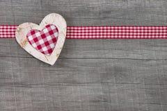 Hoogste mening van rode gecontroleerde hartdecoratie op houten achtergrond - Royalty-vrije Stock Foto