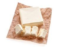 Hoogste mening van romig stuk van boter op een schotel over voedseldocument B royalty-vrije stock foto