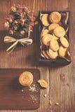 Hoogste mening van ronde koekjes met crumbs en droge rozen Royalty-vrije Stock Foto