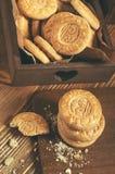 Hoogste mening van ronde koekjes met crumbs op houten plank Royalty-vrije Stock Foto
