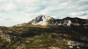 Hoogste mening van rotsachtig terrein in groen met rots voorraad De erosie van de rotsberg Mooie mening van bergen en aard stock videobeelden