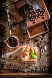 Hoogste mening van rustieke kersenpastei met pot gekookte koffie stock fotografie