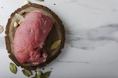 Hoogste mening van ruw stuk van rundvlees met spieces op scherpe raad stock foto