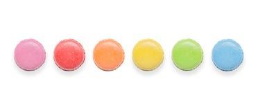 Hoogste mening van smakelijke kleurrijke makarons op witte achtergrond Stock Foto's