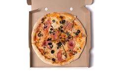 Hoogste mening van smakelijke pizza met ham en olijven Stock Afbeeldingen