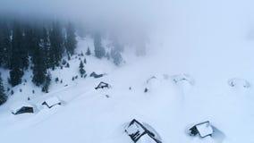 Hoogste mening van snow-covered hutten in bergen stock videobeelden