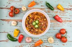 Hoogste mening van Spaanse peper met peper, uien en tomaten Royalty-vrije Stock Afbeeldingen