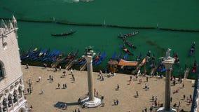 Hoogste mening van St het vierkant van het Teken met de poort en de gondels van Venetië stock videobeelden