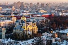 Hoogste mening van St Vladimir ` s Kathedraal en de oude stad in Kiev, de Oekraïne bij avond in de winter stock foto