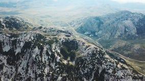 Hoogste mening van steenberg die met groene dekking wordt behandeld voorraad Bevlekt in groene berg met blauw bergpanorama royalty-vrije stock foto's