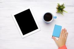 Hoogste mening van tabletcomputer en kop van koffie op houten lijst Stock Afbeeldingen