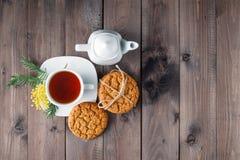 Hoogste mening van theekop met zoet koekje stock afbeeldingen