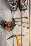 Hoogste mening van toeristenmateriaal voor een bergreis op een rustieke lichte houten vloer, zonlicht stock afbeeldingen