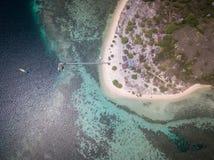 Hoogste mening van toeristenschip en pier in het Kanawa-eiland, het Oosten Nusa Tenggara, Indonesië royalty-vrije stock foto