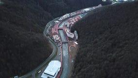 Hoogste mening van toevluchtstad met rivier in bergen De stad van de bergtoevlucht wordt gevestigd op rivier op bosgebied met kab stock footage