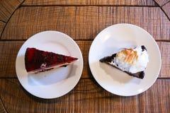 Hoogste mening van twee verschillende stukken van pastei op platen die zich bevinden Stock Foto's