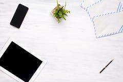 Hoogste mening van van het tabletcomputer en bureau punten op houten lijst Stock Foto