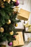 Hoogste mening van verfraaide Kerstboom met Royalty-vrije Stock Foto's