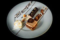 hoogste mening van verrukkelijke chocolade en romig moussedessert royalty-vrije stock foto's