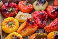 Hoogste mening van vers gebakken in de oven rode en gele peper op bakseldocument royalty-vrije stock afbeelding
