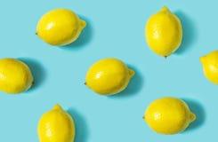 Hoogste mening van verse die citroen op blauwe achtergrond wordt geïsoleerd Fruit minimaal concept Stock Fotografie