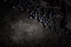 hoogste mening van verse rijpe bosbessen en zwarte stof op gekrast royalty-vrije stock foto's