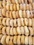 Hoogste mening van verse suikerdoughnut als achtergrond voor verkoop royalty-vrije stock afbeelding