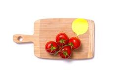 Hoogste mening van verse tomaten op hakbord met toespraakbel Royalty-vrije Stock Afbeelding