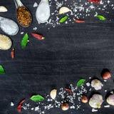 Hoogste mening van voedselingrediënten en specerij op de lijst, Ingrediënten en kruiden op donkere houten vloer royalty-vrije stock afbeeldingen