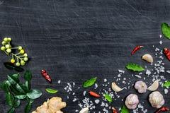 Hoogste mening van voedselingrediënten en specerij op de lijst, Ingrediënten en kruiden op donkere houten vloer stock afbeeldingen