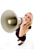 Hoogste mening van vrouw het schreeuwen in luidspreker Stock Foto's