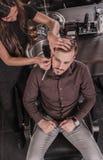 Hoogste mening van vrouwelijke kapper die een cliënt in een kapperswinkel scheren Royalty-vrije Stock Afbeelding