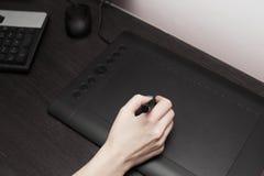 Hoogste mening van vrouwenhand met moderne grafische tablet Royalty-vrije Stock Afbeelding