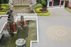 Hoogste mening van waterrad in tuin Stock Fotografie