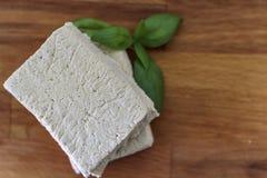 Hoogste mening van witte tofu op houten raad stock fotografie